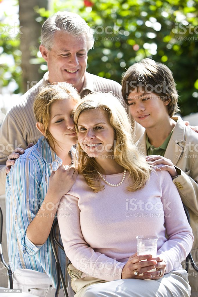 La madre feliz familia rodeado de amoroso foto de stock libre de derechos