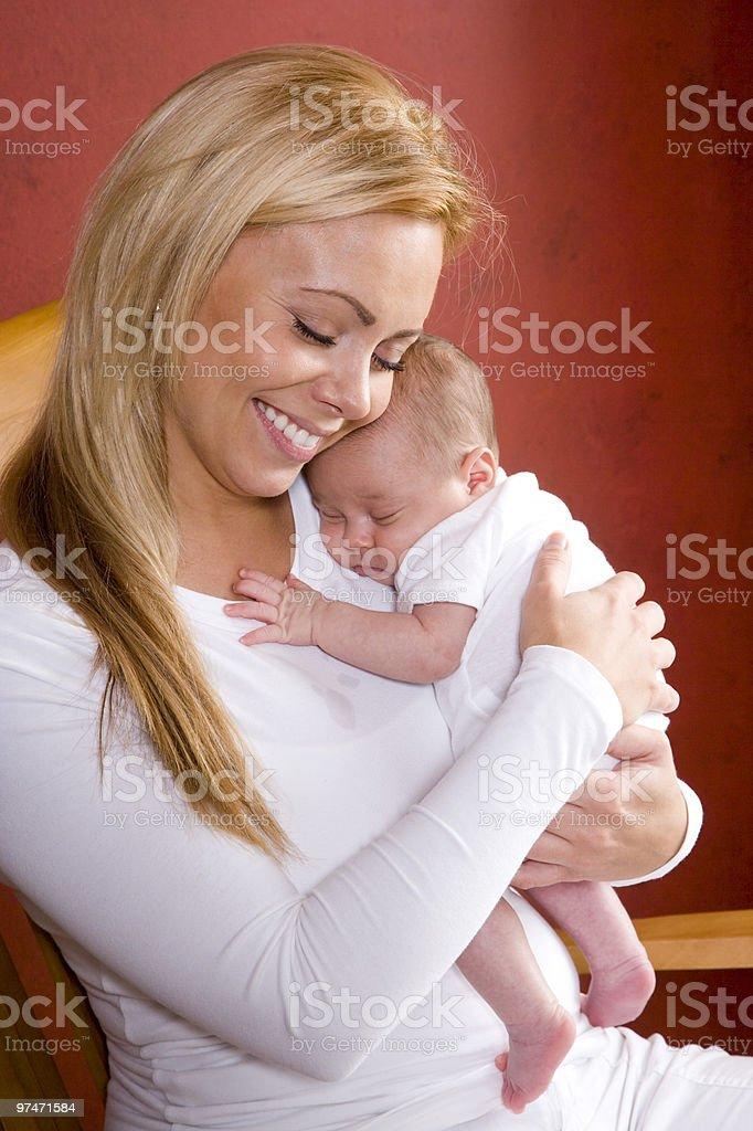 La maternidad, feliz madre, que abrazan precioso recién nacido bebé foto de stock libre de derechos