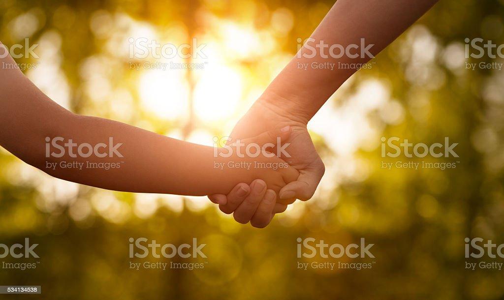 Da mãe e do filho as mãos - fotografia de stock