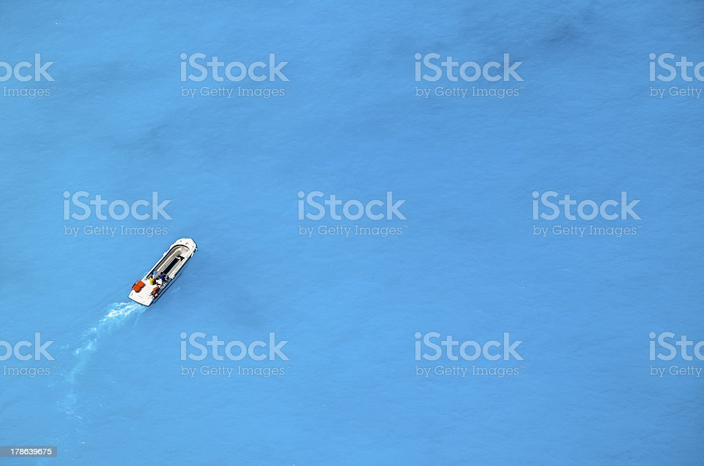 Motorboot ploughing blue sea Lizenzfreies stock-foto