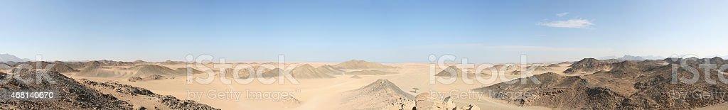 Montañas y lonely tree in the desert foto de stock libre de derechos