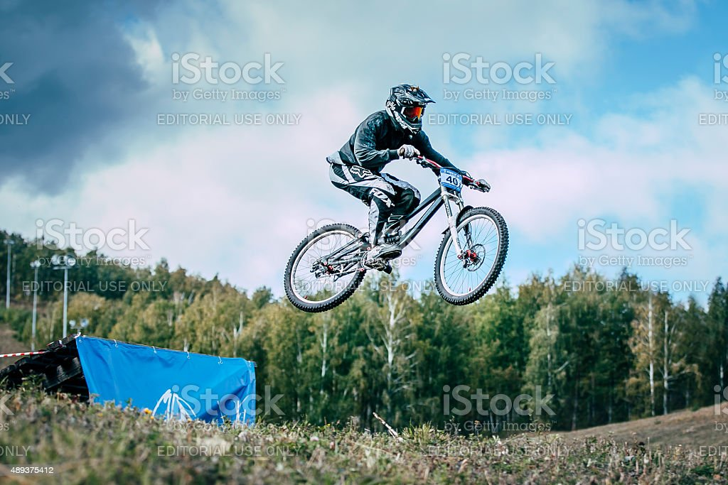 산악 자전거 는 날아가는 jump 있는 스프링보드 royalty-free 스톡 사진