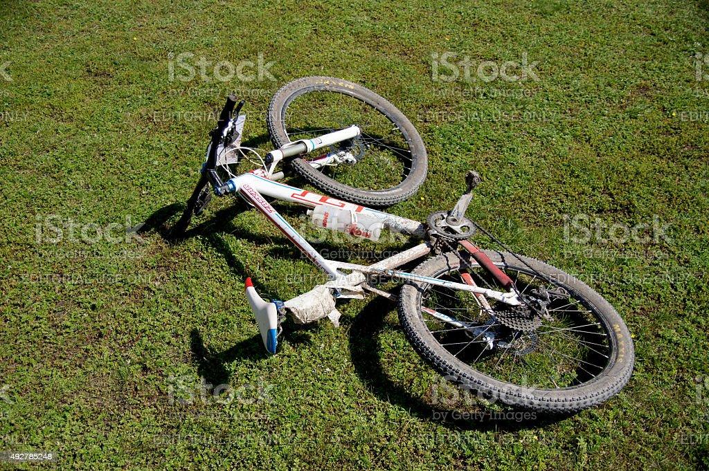 산악 자전거 는 라잉 녹색 잔디 royalty-free 스톡 사진