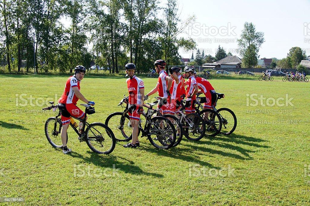 산악 자전거 팀 시작할 준비가 되었습니다 royalty-free 스톡 사진