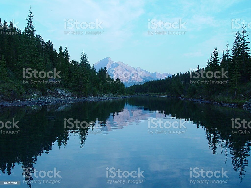 Lac de montagne en début de soirée photo libre de droits