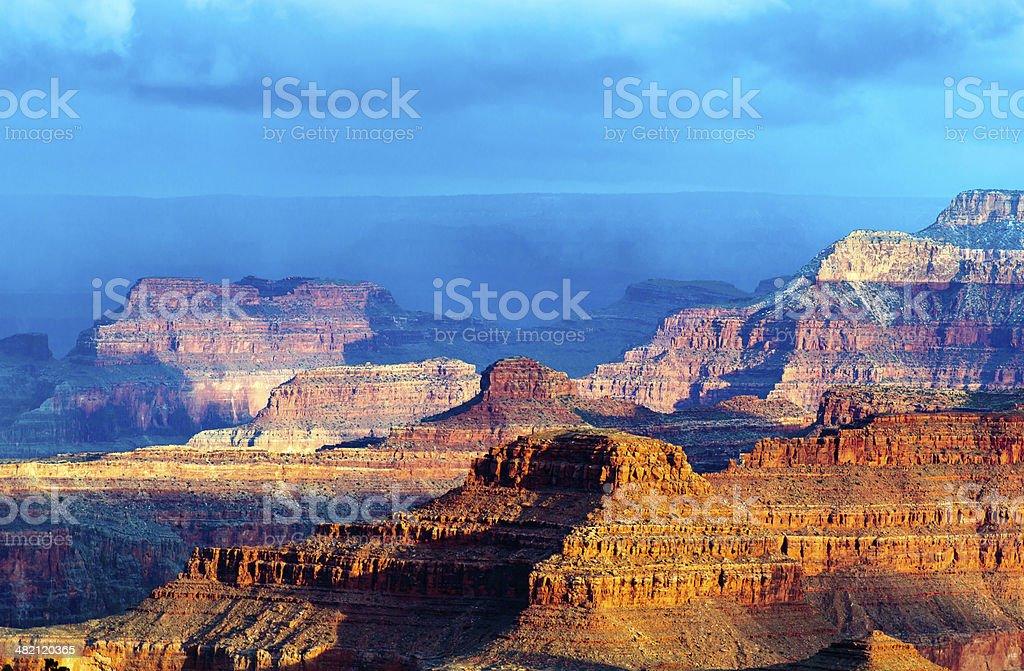 Mountain sollievo del Grand Canyon contro il cielo blu foto stock royalty-free