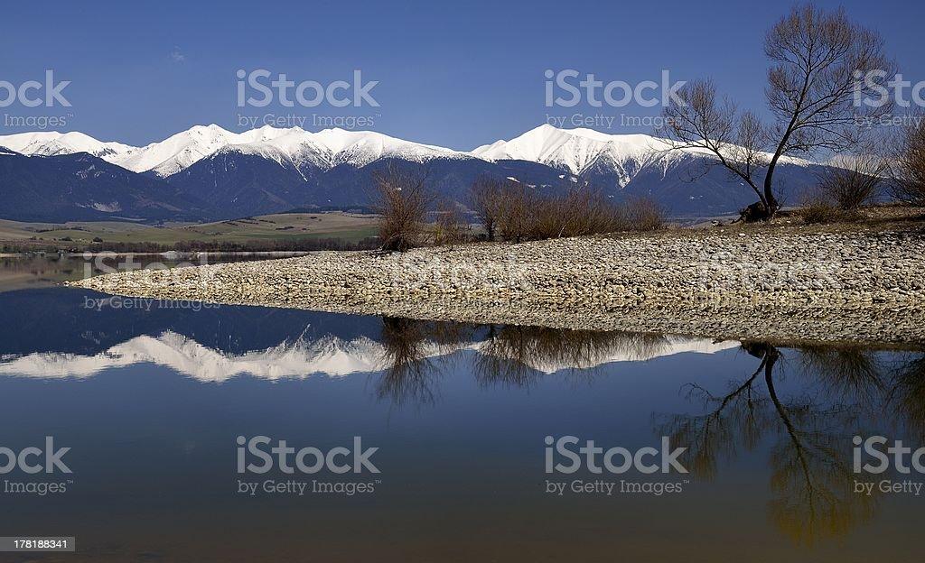 Cresta reflexión sobre el lago foto de stock libre de derechos
