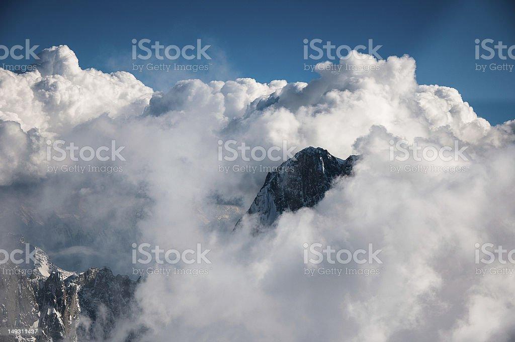 Sommet de la montagne à la recherche de nuages photo libre de droits