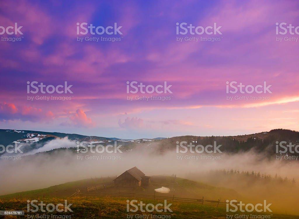 Mountain valley, une vieille maison dans le brouillard. Carpathians, l'Ukraine. photo libre de droits