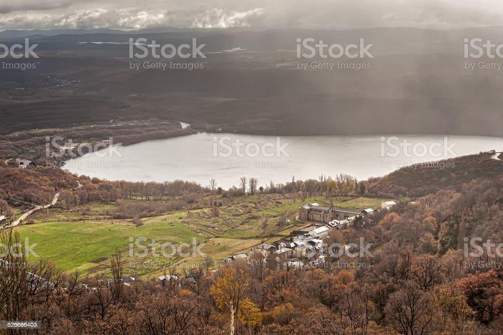 mountain village em Lake foto royalty-free