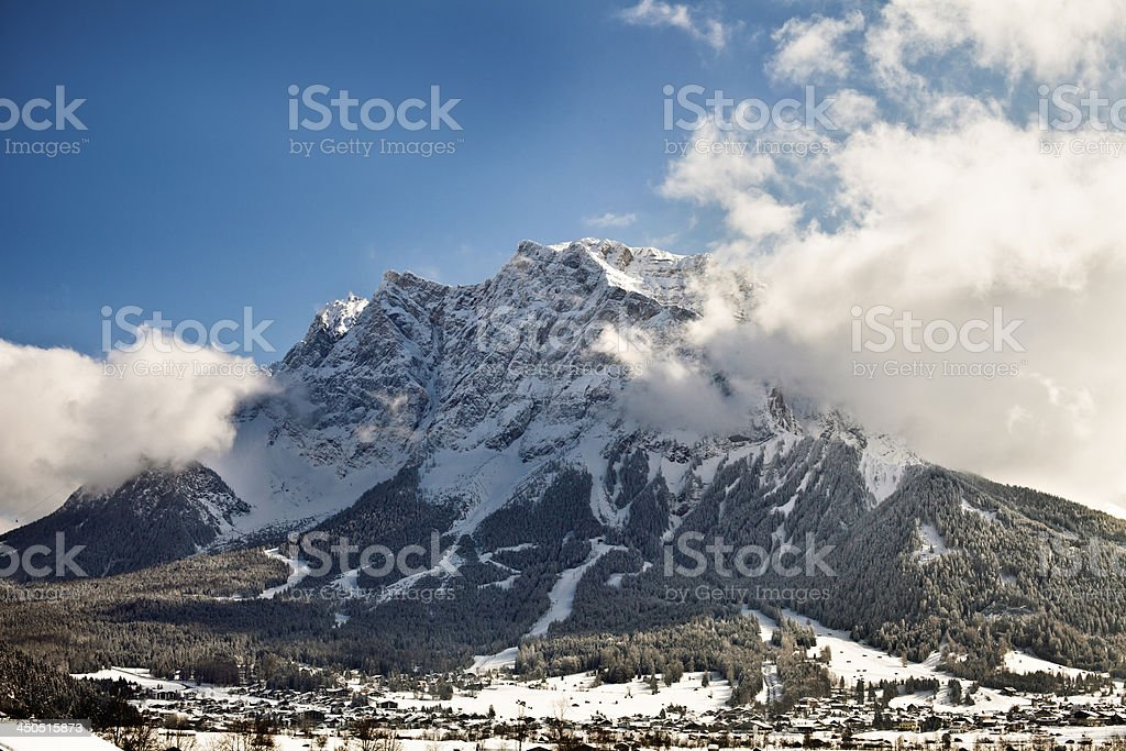 Monte Zugspitze con nuvole foto stock royalty-free