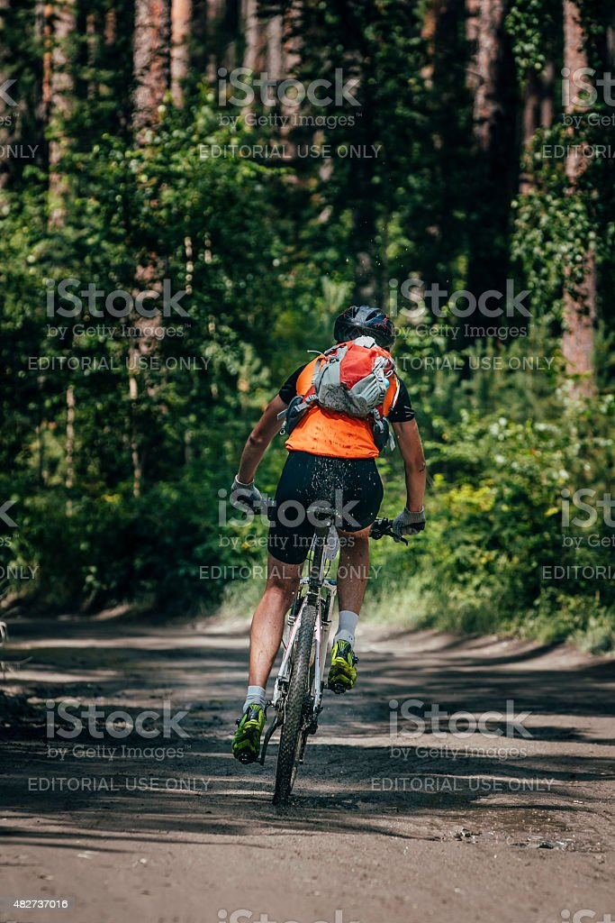 Mountainbiker 타기 forest royalty-free 스톡 사진