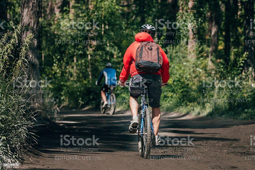 Mountainbiker 투어 경주 임산 배낭을 메고 royalty-free 스톡 사진