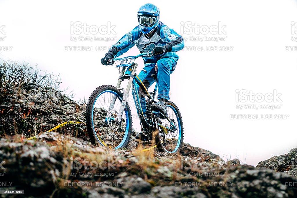 mountainbiker 자전거 타기 가장자리에 절벽 royalty-free 스톡 사진