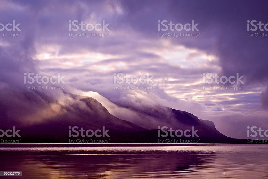 Les montagnes et le lac dans la brume le matin et violet photo libre de droits