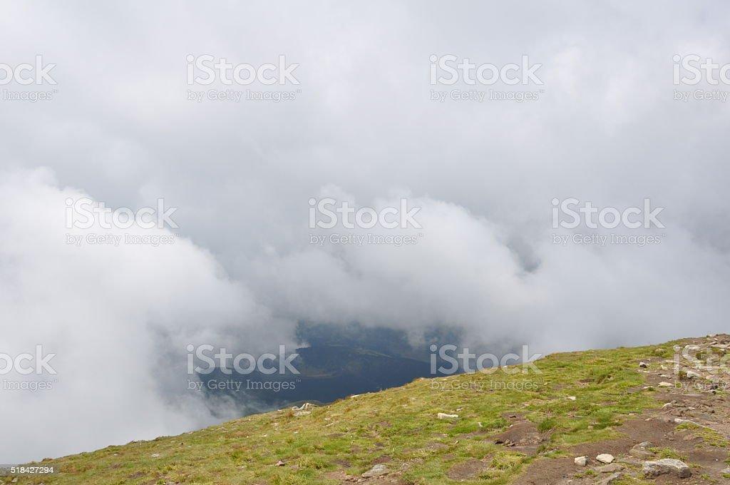 Montañas bajo nubes blancas foto de stock libre de derechos
