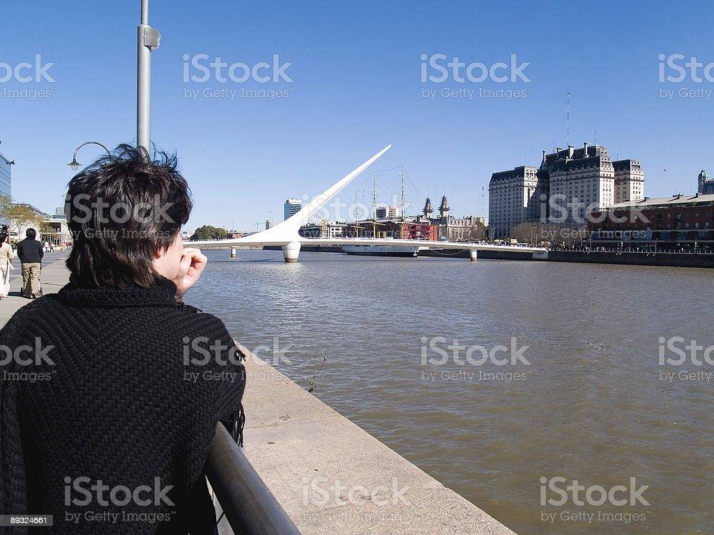 mujer mirando el rio stock photo