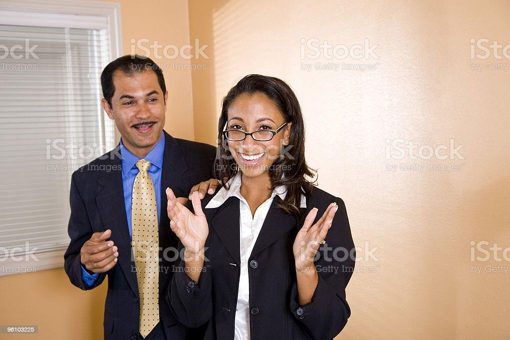 Multiétnico hombre y mujer de negocios trabajando en la oficina foto de stock libre de derechos