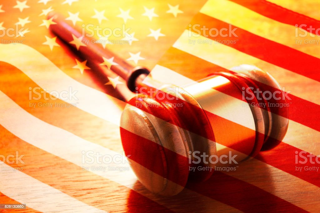 Eine Mehrfachbelichtung einen Hammer und eine amerikanische Flagge – Foto