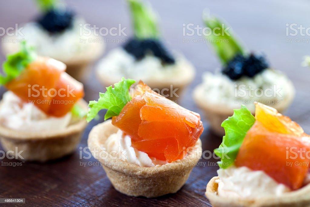 Pâtisserie plusieurs mini-tartelettes aux fruits de mer. photo libre de droits