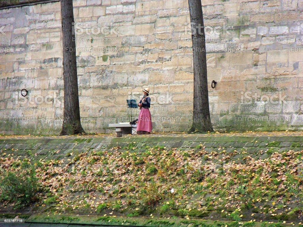 Musicista solitaria lungo la Senna stock photo