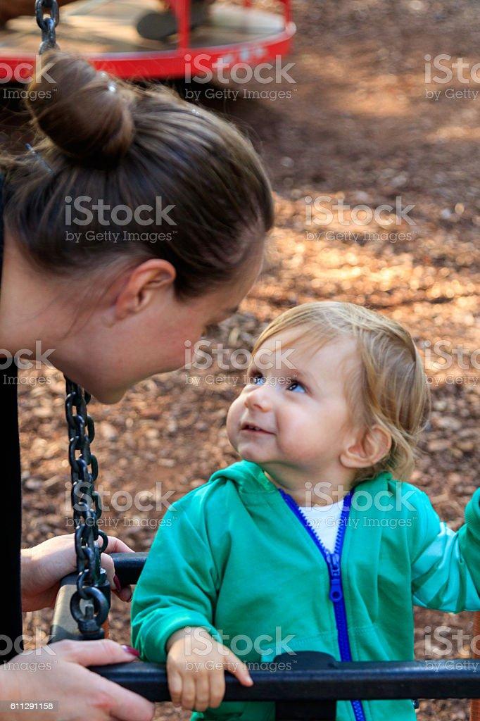 Mutter mit Sohn am Spielplatz stock photo
