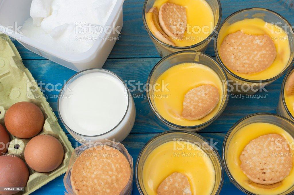 natillas de vainilla con galletas stock photo