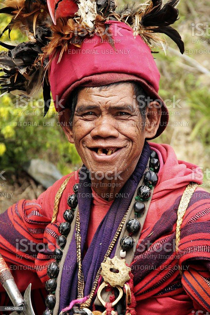 Nativo Ifugao uomo in tradizionale abbigliamento outdoor, Banaue foto stock royalty-free