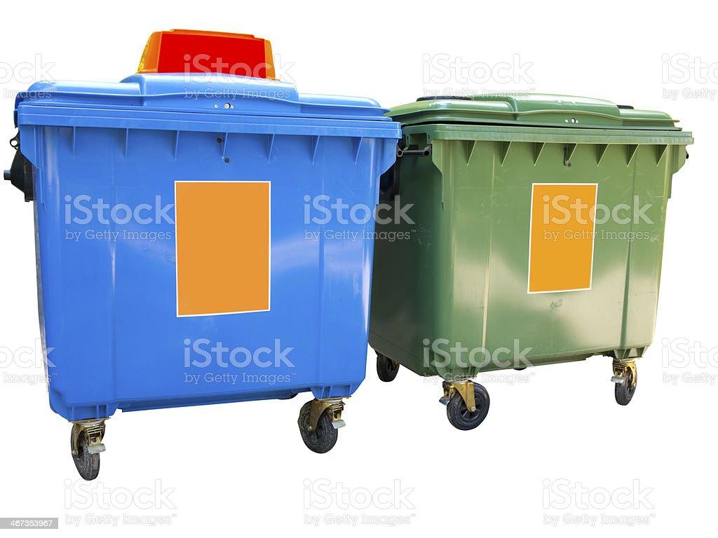 Novo plástico colorido isolado sobre Branco contentores do lixo foto de stock royalty-free