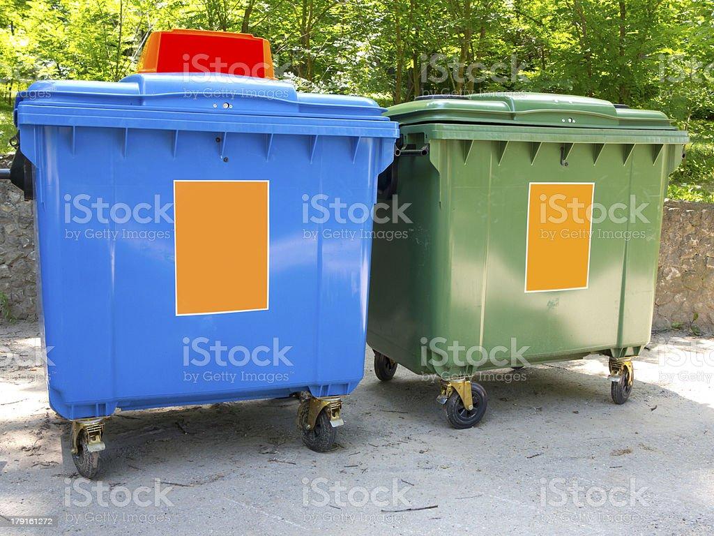 Novo plástico colorido recipientes de lixo foto de stock royalty-free