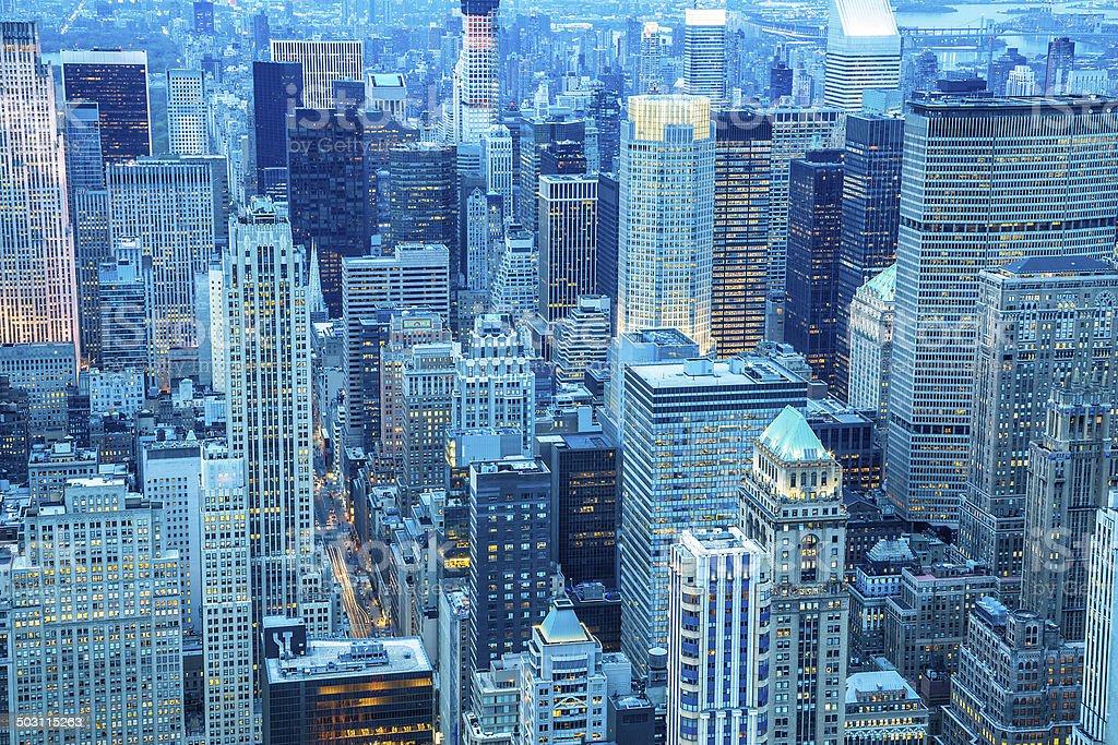 edificios de la ciudad de nueva york desde arriba al atardecer foto de stock libre de