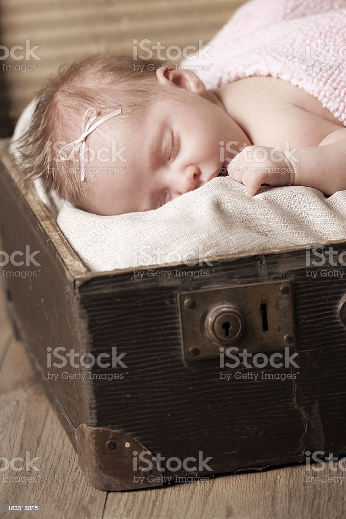 Neugeborenes Baby Mädchen liegen auf alte Koffer – Foto