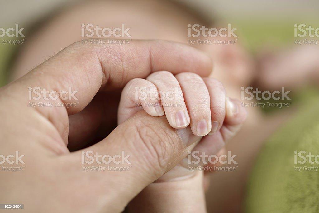 Новорожденный ребенок держит его родители руки Стоковые фото Стоковая фотография