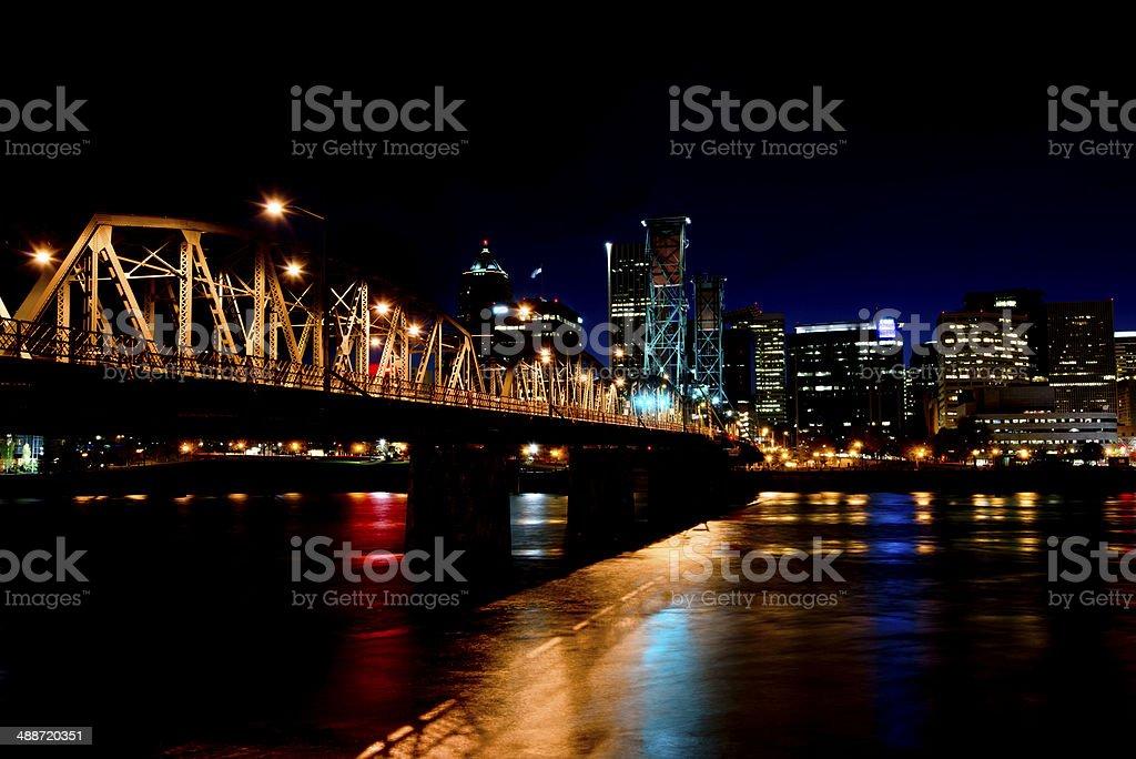 Ponte illuminato di notte attraverso il fiume Willamette in Portland foto stock royalty-free