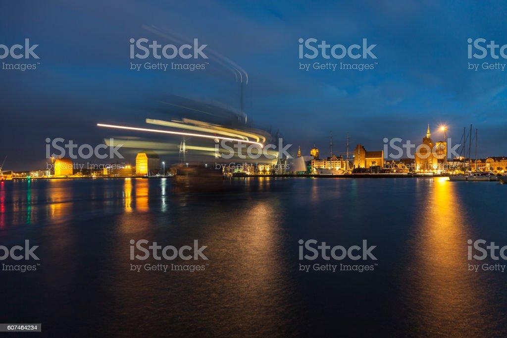 Nachtaufnahme vom Hafen von Stralsund mit bewegungsschärfen Schiff stock photo