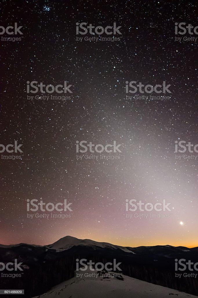 Nuit ciel Carpathian sur les montagnes photo libre de droits