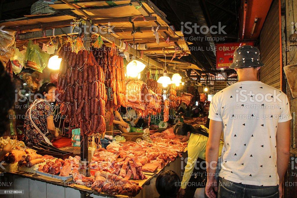 Nuit du marché de la viande fraîche au cœur de l'Asie photo libre de droits