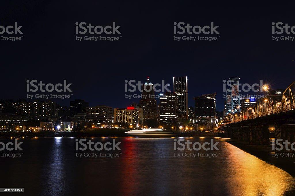 Notte di yacht lungo la Passeggiata lungomare di Portland di notte foto stock royalty-free