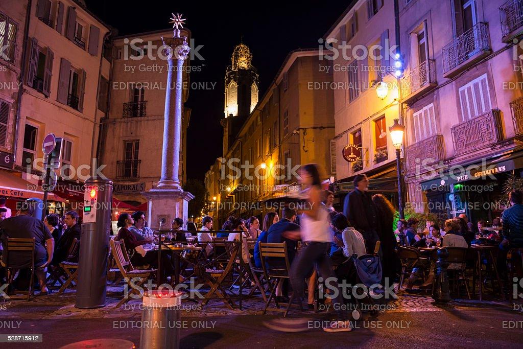 밤생활 에서 엑상프로방스 프랑스 스톡 사진 528715912 - iStockPeople enjoy outdoor cafes on a warm summer night at Place des... - 웹