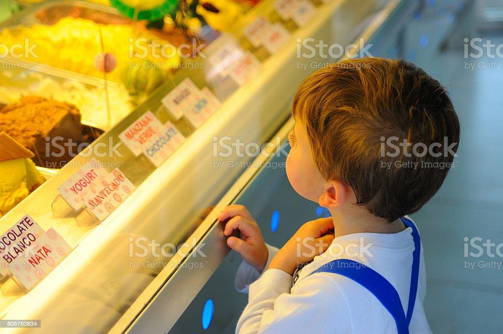 niño eligiendo un helado royalty-free stock photo