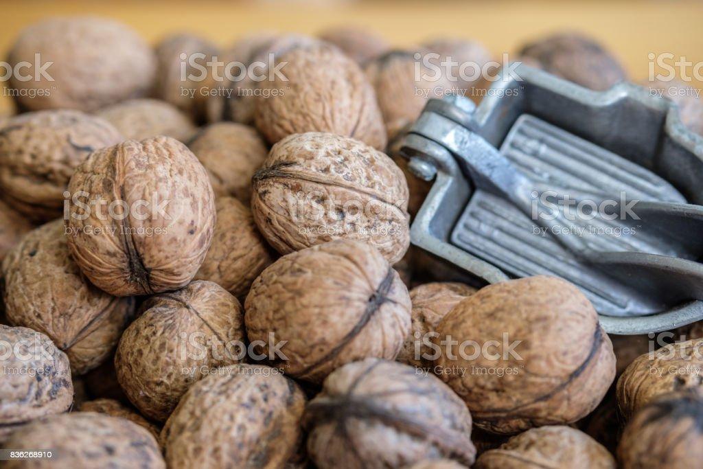 Noix et son casse-noix en plan rapproché stock photo
