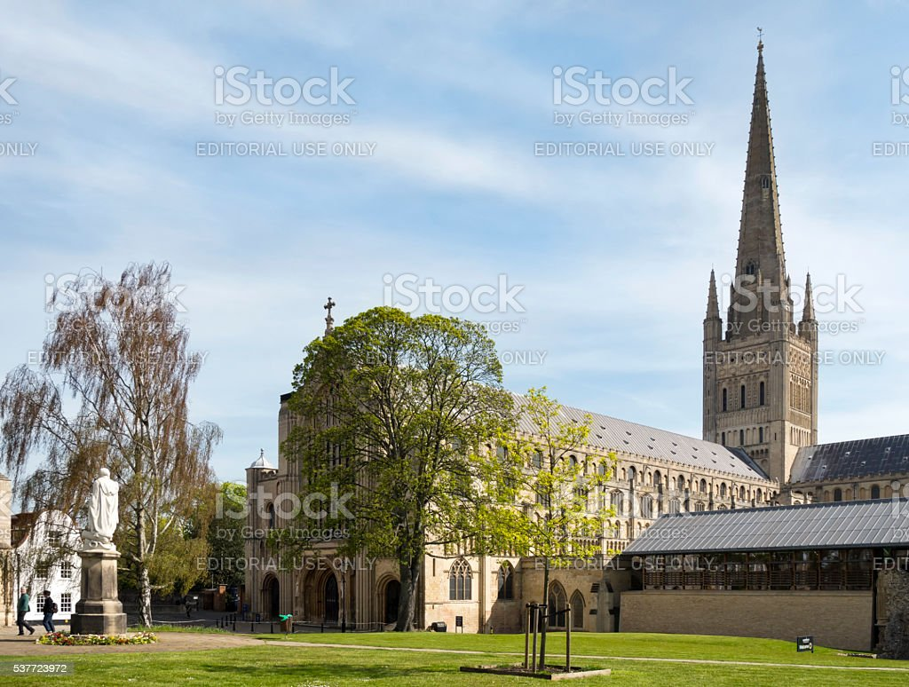 Norwich Cathedral Close, Lord Nelson's statue and refectory stock photo