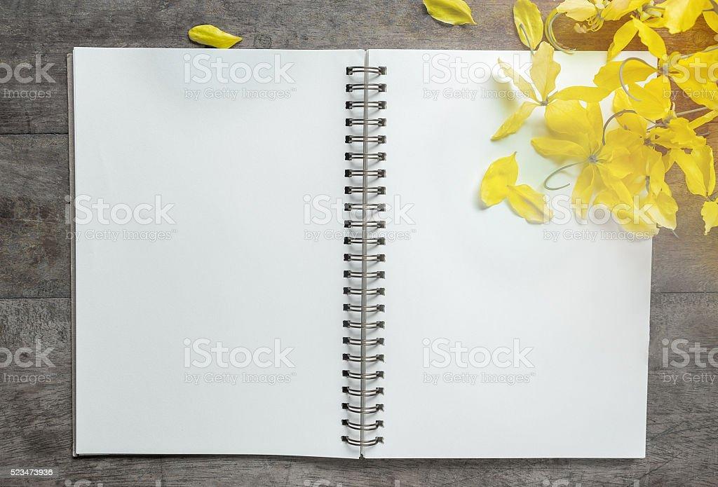Notebook und Blumen auf Holz Lizenzfreies stock-foto