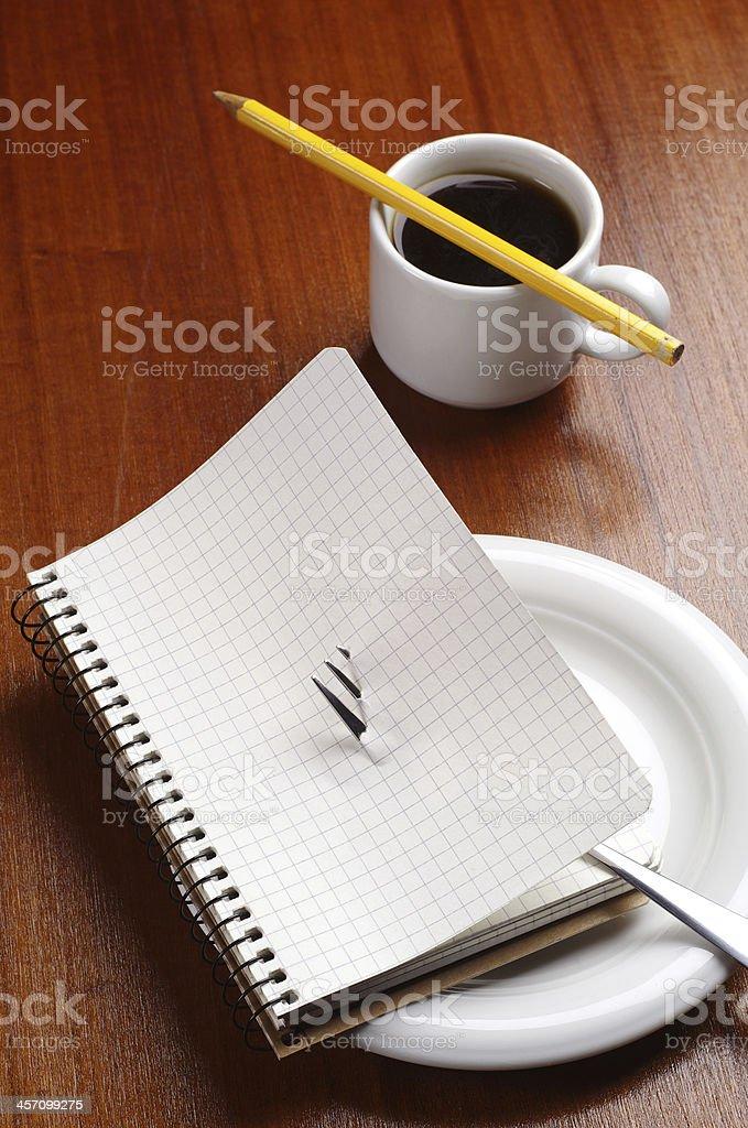 Portátil en una placa y café de cortesía foto de stock libre de derechos