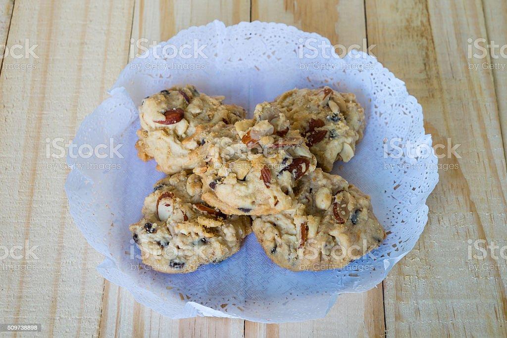 Nuss-Keksen auf Papier, Schokolade Cookies auf Holztisch., cashew-Nüssen auf Holztisch. Lizenzfreies stock-foto