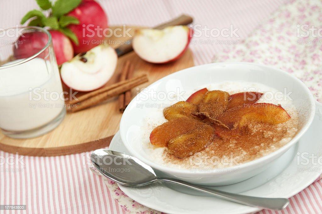 porridge porridge avec des pommes et des bananes photo libre de droits