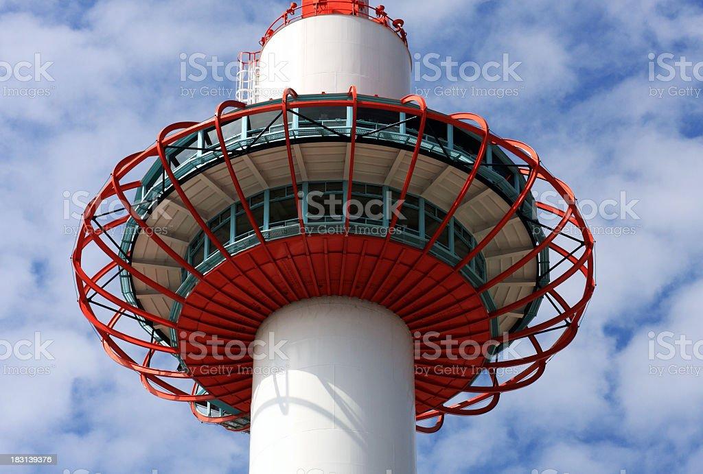 Beobachtung Schreibtisch von Kyoto tower gegen den Himmel und Wolken Lizenzfreies stock-foto