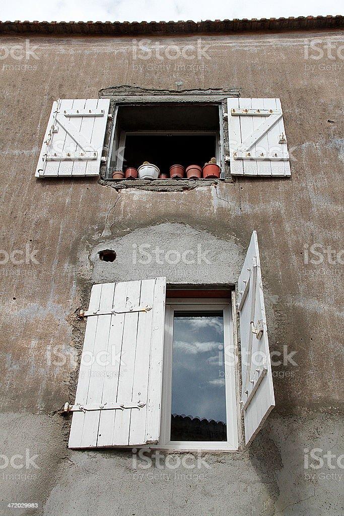 Esterno edificio e finestre in Marseillan, Francia foto stock royalty-free