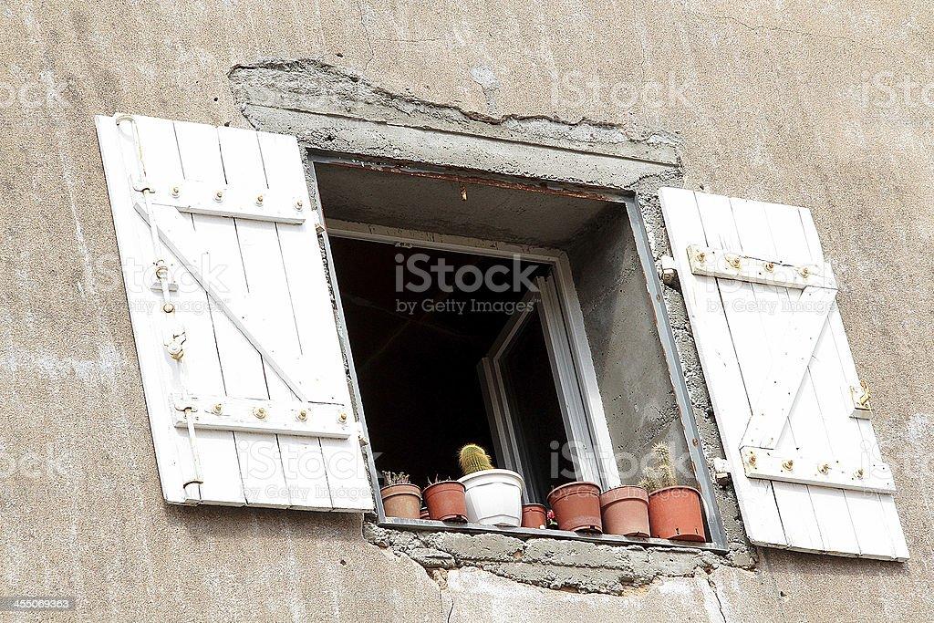 Edificio esterno Windows in Marseillan, Francia foto stock royalty-free