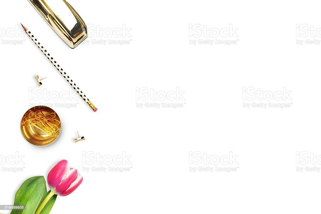 Escritório mulher e objetos de mesa brancas. TV descansar. foto royalty-free